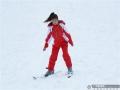 广西新闻网全州12月23日讯(通讯员唐广东)近日,位于广西桂北的全州县天湖景区滑雪场开场迎客,让爱雪人士有了新的体验。天湖滑雪场座落于桂林天湖生态旅游度假区内天湖主湖东侧,首期设有一条长100米的初级道及三条七彩滑道,可尽情体验从雪上飞驰而下的激情与乐趣。桂林全州天湖滑雪场是华南地区首家高山户外滑雪场,集冰雪旅游、雪地娱乐、雪地运动为一体,让向往冰雪文化的南方人有了近地体验。