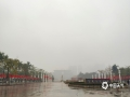 中国天气网广西站讯 今天(2月2日)早晨,广西百色市的隆林、平果、凌云等县城及周边部分地区出现了大雾天气,局部最低能见度不足100米,路上车辆都开着雾灯和双闪及大灯,小心驾驶。(图/何翔)