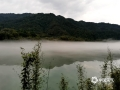 中国天气网广西站讯 今天,昭平桂江缥缈着如白纱般的平流雾,雾气在江面上缓缓流动,青山,碧水、白雾共同构成一幅幅美丽的画卷。(图文/吴健杰)