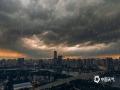 中国天气网广西站讯 今天下午冷空气大军挥军南下抵达南宁,傍晚整个天空也逐渐布满了乌云,黑云压顶的场面极其震撼。(文/黄丽娜 摄影/高钰杰 陈设广 韦坚)