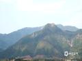 中国天气网广西站讯 受强冷空气南下的影响,富川16日凌晨出现了2.7℃的最低温度,富川西岭山顶上出现了积雪,像是戴上了一顶白色的帽子。 根据富川县15个气象观测站的数据显示,16日凌晨富川县最低气温都在3℃以下,最低气温出现在麦岭镇,为0.1℃。(文/林丽春 图/李昕)