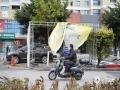 中国天气网广西站讯 受强冷空气影响,14日晚到15日,钦州市狂风大作,陆地出现了6~8级大风,沿海和海面的风力高达9~10级,市区街道不少广告牌被大风吹弯吹坏、共享单车被狂风吹倒一大片。钦州市气象台16日09时10分继续发布大风黄色预警信号。钦州市气象台预计,未来3全市天气晴好、白天阳光灿烂,早晚气温低,北风仍然较大,大家要注意添衣保暖。钦州沿海及北部湾海面17日偏北风6~7级,阵风8级。请港口、码头、海上作业人员和沿海地区要注意防风防浪,确保安全。(图文/李斌喜)