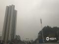 中国天气网广西站讯 今天(11日)傍晚,大雾袭笼罩在防城港,能见度小于500米,给市民出行造成不便。防城港气象局预计,今晚到明天,防城港大部地区是小雨南风天气,又是湿邪天气,提醒市民注意做好防潮工作,出行注意交通安全。(图文/韦樊妮)