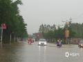 中国天气网广西站讯 3月25日7时开始,受高空槽和偏南暖湿气流共同影响,宾阳县出现强降雨天气过程。宾州、思陇、新圩3个乡镇出现暴雨,最大降水量出现在思陇镇祥华村(59.4毫米)。强降雨发生后,县城城东新区多处路段发生城市内涝,道路积水严重,部分车辆抛锚,市民淌水出行。(图文/李佳)