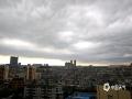 """中国天气网广西站讯 今天,钦州市城区上空乌云翻滚,一派""""黑云压城城欲摧""""的气势。钦州市、县气象台今天先后发布了暴雨橙色和雷电橙色预警信号,提醒公众注意防范强对流天气带来雷暴、大风和短时强降水等灾害性天气。(图/李斌喜 文/何斌)"""