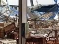 中国天气网广西站讯 3月25日下午5时,受强对流天气影响,玉林市玉州区一环北路富强家具城局部发生坍塌,受损面积逾千平方米,商城的棚顶受损十分严重,蓝色和白色的铁皮被大风撕裂,四处散落,坍塌现场一片狼藉,截至目前,暂无人员伤亡。(文/王涵 图/丘俊伟)