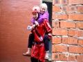 中国天气网讯 3月27日,桂林兴安县遭受强降水袭击,普降暴雨及大暴雨,全县遭受不同程度洪涝灾害,兴安镇莲花塘村、严关镇岑西村主道路被淹,水位超过地面1米多高,部分人员被困。兴安县消防紧急开展应急救援,目前已全部安全转移。图为:兴安县应急救援员背围困老人上橡皮艇转移。(图/都春雷 文/廖桂芬)