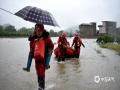 中国天气网讯 3月27日,桂林兴安县遭受强降水袭击,普降暴雨及大暴雨,全县遭受不同程度洪涝灾害,兴安镇莲花塘村、严关镇岑西村主道路被淹,水位超过地面1米多高,部分人员被困。兴安县消防紧急开展应急救援,目前已全部安全转移。图为:兴安消防正在紧急转移受灾村民。(图/都春雷 文/廖桂芬)