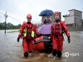 中国天气网讯 3月27日,桂林兴安县遭受强降水袭击,普降暴雨及大暴雨,全县遭受不同程度洪涝灾害,兴安镇莲花塘村、严关镇岑西村主道路被淹,水位超过地面1米多高,部分人员被困。兴安县消防紧急开展应急救援,目前已全部安全转移。图为:洪水围城,兴安消防紧急展开救援。(图/都春雷 文/廖桂芬)