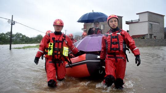 桂林:兴安大暴雨致洪水围村 消防紧急救援