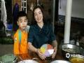"""中国天气网广西站讯 3月26日,正值壮族""""三月三"""",民间有制作五色糯米饭的习俗。壮族儿女在""""三月三""""采摘枫叶、红蓝草、黄饭花和紫蕃藤等植物原料,将糯米染色,做成色泽鲜艳、清香诱人的五色糯米饭庆祝传统节日。图为:""""三月三""""壮族儿女制作糯米糕庆祝节日。(图/吴永才 文/涂燕清)"""