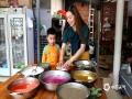 """中国天气网广西站讯 3月26日,正值壮族""""三月三"""",民间有制作五色糯米饭的习俗。壮族儿女在""""三月三""""采摘枫叶、红蓝草、黄饭花和紫蕃藤等植物原料,将糯米染色,做成色泽鲜艳、清香诱人的五色糯米饭庆祝传统节日。图为:和儿子一起把泡好的糯米装进竹笼。(图/吴永才 文/涂燕清)"""