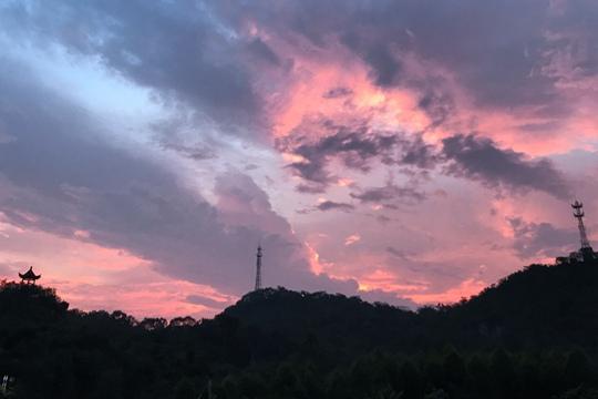 武宣:晚霞染红天际