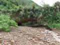 中国天气网广西站讯 受低涡切变线和弱冷空气影响,昨天(21日)梧州岑溪、百色德保等地出现强降雨天气过程。受强降雨影响,当地出现路面塌方、积涝等次生灾害。其中岑溪最大降雨出现在糯垌镇塘坪村(125.2毫米),部分低洼地势受淹,路面塌方,车辆无法通行,房屋被泥石冲毁地基,所幸无人员伤亡。而德保,最大雨量出现在龙光乡(188.9毫米)。暴雨造成县里多地农田出现积涝,多种作物不同程度受损。县城老乡家园生活区幼儿园内涝严重,整个幼儿园处在一片汪洋中,教学楼一楼积水达半层,积水超1米。目前,学校处于全面停课状态。图为雨水裹着大量泥石涌入河堤,造成河水猛涨并冲毁河堤。(图文/许明芳)