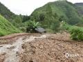 中国天气网广西站讯 受低涡切变线和弱冷空气影响,昨天(21日)梧州岑溪、百色德保等地出现强降雨天气过程。受强降雨影响,当地出现路面塌方、积涝等次生灾害。其中岑溪最大降雨出现在糯垌镇塘坪村(125.2毫米),部分低洼地势受淹,路面塌方,车辆无法通行,房屋被泥石冲毁地基,所幸无人员伤亡。而德保,最大雨量出现在龙光乡(188.9毫米)。暴雨造成县里多地农田出现积涝,多种作物不同程度受损。县城老乡家园生活区幼儿园内涝严重,整个幼儿园处在一片汪洋中,教学楼一楼积水达半层,积水超1米。目前,学校处于全面停课状态。图为大量泥石犹如脱缰的野马,狂肆而下。(图文/许明芳)