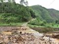 中国天气网广西站讯 受低涡切变线和弱冷空气影响,昨天(21日)梧州岑溪、百色德保等地出现强降雨天气过程。受强降雨影响,当地出现路面塌方、积涝等次生灾害。其中岑溪最大降雨出现在糯垌镇塘坪村(125.2毫米),部分低洼地势受淹,路面塌方,车辆无法通行,房屋被泥石冲毁地基,所幸无人员伤亡。而德保,最大雨量出现在龙光乡(188.9毫米)。暴雨造成县里多地农田出现积涝,多种作物不同程度受损。县城老乡家园生活区幼儿园内涝严重,整个幼儿园处在一片汪洋中,教学楼一楼积水达半层,积水超1米。目前,学校处于全面停课状态。图为冲到坡底的泥石不但堵塞桥洞还冲上路面,造成部分路面塌方,车辆无法通行。(图文/许明芳)