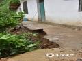 中国天气网广西站讯 受低涡切变线和弱冷空气影响,昨天(21日)梧州岑溪、百色德保等地出现强降雨天气过程。受强降雨影响,当地出现路面塌方、积涝等次生灾害。其中岑溪最大降雨出现在糯垌镇塘坪村(125.2毫米),部分低洼地势受淹,路面塌方,车辆无法通行,房屋被泥石冲毁地基,所幸无人员伤亡。而德保,最大雨量出现在龙光乡(188.9毫米)。暴雨造成县里多地农田出现积涝,多种作物不同程度受损。县城老乡家园生活区幼儿园内涝严重,整个幼儿园处在一片汪洋中,教学楼一楼积水达半层,积水超1米。目前,学校处于全面停课状态。图为被泥石冲毁的房屋地基。(图文/许明芳)