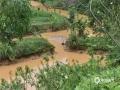 中国天气网广西站讯 受低涡切变线和弱冷空气影响,昨天(21日)梧州岑溪、百色德保等地出现强降雨天气过程。受强降雨影响,当地出现路面塌方、积涝等次生灾害。其中岑溪最大降雨出现在糯垌镇塘坪村(125.2毫米),部分低洼地势受淹,路面塌方,车辆无法通行,房屋被泥石冲毁地基,所幸无人员伤亡。而德保,最大雨量出现在龙光乡(188.9毫米)。暴雨造成县里多地农田出现积涝,多种作物不同程度受损。县城老乡家园生活区幼儿园内涝严重,整个幼儿园处在一片汪洋中,教学楼一楼积水达半层,积水超1米。目前,学校处于全面停课状态。图为被泥石冲毁的鱼塘。(图文/许明芳)