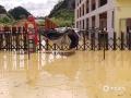 中国天气网广西站讯 受低涡切变线和弱冷空气影响,昨天(21日)梧州岑溪、百色德保等地出现强降雨天气过程。受强降雨影响,当地出现路面塌方、积涝等次生灾害。其中岑溪最大降雨出现在糯垌镇塘坪村(125.2毫米),部分低洼地势受淹,路面塌方,车辆无法通行,房屋被泥石冲毁地基,所幸无人员伤亡。而德保,最大雨量出现在龙光乡(188.9毫米)。暴雨造成县里多地农田出现积涝,多种作物不同程度受损。县城老乡家园生活区幼儿园内涝严重,整个幼儿园处在一片汪洋中,教学楼一楼积水达半层,积水超1米。目前,学校处于全面停课状态。图为幼儿园门口。(图文/梁泽诚)