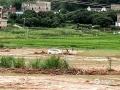 中国天气网讯 5月21日晚,梧州藤县部分乡镇遭遇暴雨,其中塘步镇六坊村,强降水引起山洪暴发,导致农作物被淹没,房屋被冲塌,汽车被洪水冲走等等。今天(22日)白天,该村洪水消退后,农作物成片倒地,农房附近到处都是淤泥,一片狼藉。图为被洪水冲入泥沼的小车。( 图/廖锡源 文/梁海兰)