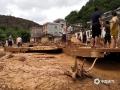 图为村民查看倒塌的农房。( 图/廖锡源  文/梁海兰)