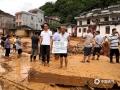 图为老人站在被洪水冲塌的自家房屋上。( 图/廖锡源  文/梁海兰)