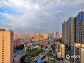 中国天气网讯 5月23日清晨,一道彩虹高挂在钦州上空,和蓝天、白云、楼宇和四桥构成一幅幅美丽的风景。彩虹,是气象中的一种光学现象。当太阳光照射到空气中的水滴,光线被折射及反射,在天空上形成拱形的七彩光谱,形状弯曲,色彩艳丽。图为清晨的彩虹格外美丽。(图/李斌喜 文/韦嘉铭)