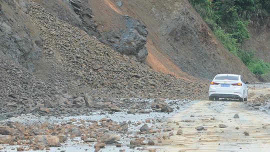 暴雨袭击凤山 道路塌方农田被淹