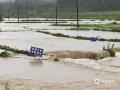 中国天气网讯 5月30日夜间至今天(31日)11时,广西柳州的三江县出现今年入汛以来最强降雨过程,大部分乡镇出现暴雨,局部大暴雨,并伴有雷电,大风等强对流天气。受强降雨影响,三江县城区内涝严重,车辆难以通行,部分农田被淹。(图文/张尚斌 )