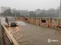 5月30日夜间至今天(31日)11时,广西柳州的三江县出现今年入汛以来最强降雨过程,大部分乡镇出现暴雨,局部大暴雨,并伴有雷电,大风等强对流天气。受强降雨影响,三江县城区内涝严重,车辆难以通行,部分农田被淹。(图文/张尚斌 )