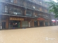 5月30日夜间至今天(31日)11时,广西柳州的三江县出现今年入汛以来最强降雨过程,大部分乡镇出现暴雨,局部大暴雨,并伴有雷电,大风等强对流天气。受强降雨影响,三江县城区内涝严重,车辆难以通行,部分农田被淹。(图/李敏国 文/张尚斌 )
