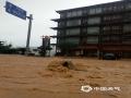 5月30日夜间至今天(31日)11时,广西柳州的三江县出现今年入汛以来最强降雨过程,大部分乡镇出现暴雨,局部大暴雨,并伴有雷电,大风等强对流天气。受强降雨影响,三江县城区内涝严重,车辆难以通行,部分农田被淹。(图文/张尚斌)