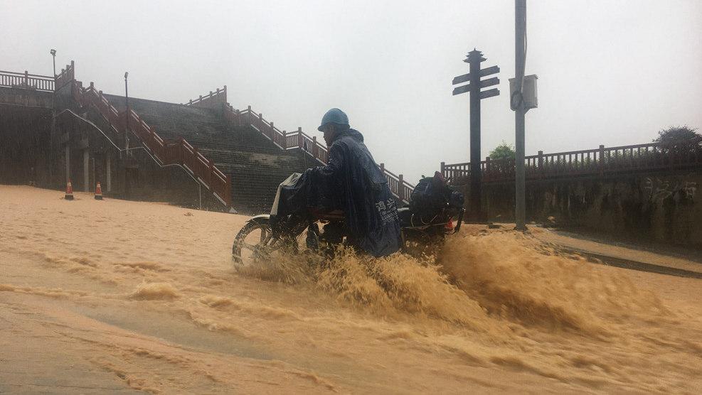 广西三江:暴雨突袭 发布今年首个暴雨红色预警