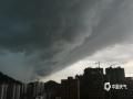 6月2日下午,梧州市区乌云压顶,一场暴风雨即将袭来,闪电、降雨、大风齐驱驾到,像是在上演科幻大片一样。(图/梁妙芝 文/邓碧娜)