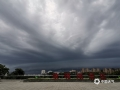 6月2日下午,梧州市区乌云压顶,一场暴风雨即将袭来,闪电、降雨、大风齐驱驾到,像是在上演科幻大片一样。(图/梁文希 文/邓碧娜)