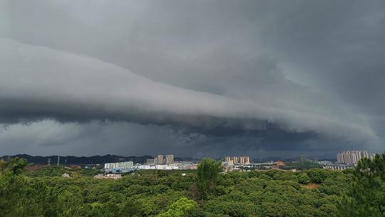 梧州乌云压顶风雨欲来
