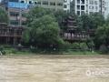 中国天气网广西站讯 今天(6月2日)02至08时,资源县东南面的乡镇出现暴雨,局部大暴雨天气,并伴有雷电强对流天气,其中最大降雨量出现在资源县中峰镇自动站(132.6毫米),处在下游的整个资源县城经受了暴雨的洗礼。为此,资源县气象台也于2日6时18分更新发布今年首个暴雨红色预警信号。(图文/谭琼)