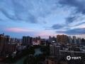 """中国天气网广西站讯  6月19日,夕阳西下,来宾市上空上演""""油彩画"""",起初是天边的几许七彩祥云,随后晚霞漫天,不同的方向有不同的颜色,甚是好看。(文图/苏庆红)"""