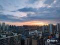 """中国天气网广西站讯  6月19日,夕阳西下,来宾市上空上演""""油彩画"""",起初是天边的几许七彩祥云,随后晚霞漫天,不同的方向有不同的颜色,甚是好看。(图文/苏庆红)"""