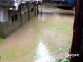 中国天气网广西站讯 6月23日08时到24日08时,资源县中北部小到中雨,东南部暴雨、局部大暴雨。最大降雨出现在中峰车田湾气象观测站,降雨量为132.2毫米。资源县气象台发布暴雨橙色预警,资源县城、中峰镇均出现河流水位上涨,低洼地带被淹农田积水。(图文/谭琼)