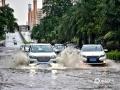 中国天气网广西站讯 今天(25日)开启端午假期,广西龙舟水猛。昨天白天到今天早上,桂中和桂东北的大部地区有暴雨到大暴雨,局部特大暴雨,我区其它地区有小到中雨、局部暴雨。百色、钦州、贵港、柳州等多地河水上涨,内涝严重,行车如行舟。图为:由于降雨强度大,强降雨持续时间长,降雨落区集中,钦州城区出现严重内涝。钦州四桥汽车涉水前进。(文/黄维明 图/韦嘉铭)