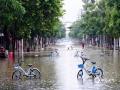 中国天气网广西站讯 今天(25日)开启端午假期,广西龙舟水猛。昨天白天到今天早上,桂中和桂东北的大部地区有暴雨到大暴雨,局部特大暴雨,我区其它地区有小到中雨、局部暴雨。百色、钦州、贵港、柳州等多地河水上涨,内涝严重,行车如行舟。图为:由于降雨强度大,强降雨持续时间长,降雨落区集中,钦州城区出现严重内涝。钦州市区积水较深的路段已经进行交通管制。(文/黄维明 图/韦嘉铭)