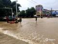 中国天气网广西站讯 今天(25日)开启端午假期,广西龙舟水猛。昨天白天到今天早上,桂中和桂东北的大部地区有暴雨到大暴雨,局部特大暴雨,我区其它地区有小到中雨、局部暴雨。百色、钦州、贵港、柳州等多地河水上涨,内涝严重,行车如行舟。图为:百色平果城区火车站周边道路出现严重积涝,消防部门使用橡皮艇转运受困群众及物资。(文/林金红 何翔 图/黄捷)