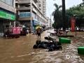 中国天气网广西站讯 今天(25日)开启端午假期,广西龙舟水猛。昨天白天到今天早上,桂中和桂东北的大部地区有暴雨到大暴雨,局部特大暴雨,我区其它地区有小到中雨、局部暴雨。百色、钦州、贵港、柳州等多地河水上涨,内涝严重,行车如行舟。图为:百色平果城区火车站周边道路出现严重积涝,来不及移走的电车被积水冲倒。(文/林金红 何翔 图/黄捷)