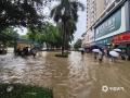 中国天气网广西站讯 今天(25日)开启端午假期,广西龙舟水猛。昨天白天到今天早上,桂中和桂东北的大部地区有暴雨到大暴雨,局部特大暴雨,我区其它地区有小到中雨、局部暴雨。百色、钦州、贵港、柳州等多地河水上涨,内涝严重,行车如行舟。图为:百色平果城区火车站周边道路出现严重积涝,居民涉水出行。(文/林金红 何翔 图/黄捷)