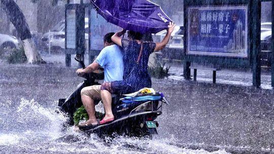 广西内涝严重行车如行舟