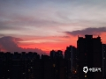 中国天气网讯 27日傍晚,广西来宾出现满天粉色的晚霞,浪漫了整个天空,随着时间的推移和光线的变化,天空的云彩不断地变幻出更多的色彩和画面,描绘出一幅幅绝美的油画。(文/黄丽娜 图/苏庆红 吴泽 李树盼)
