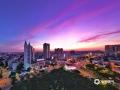 中国天气网广西站讯 6月29日,广西钦州市高温来袭。傍晚时分,钦州城区天空出现玫瑰色晚霞,宛如一条鲜艳的彩带飘挂在天边,染红了城市天空,美不胜收。(文图/李斌喜)