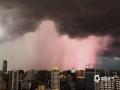 中国天气网广西站讯 7月10日晚,受强对流云团影响,广西南宁上空黑云压城、电闪雷鸣,景象相当震撼。图为10日晚上7点左右,南宁城区上空出现的闪电。(图/刘英轶)
