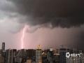 图为10日晚上7点左右,南宁城区上空出现的闪电。(图/刘英轶)